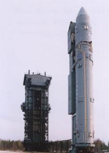 Raketa Rokot na štartovacej rampe.