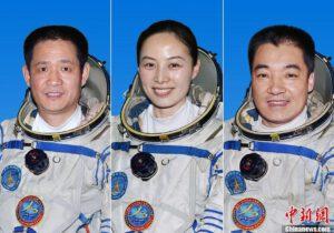 Posádka lodi Šen-čou 10. Zleva: Nie Haisheng - Wang Yaping - Zhang Xiaoguang
