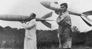 Wernher von Braun nesoucí raketu z pokusů s VfR týmem