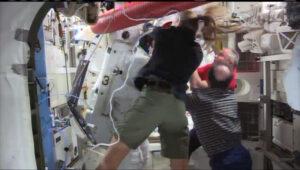 Fjodor Jurčichin (v červeném tričku) právě podává savé ručníky.
