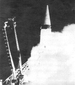 První ICBM světa se zvedá z rampy.