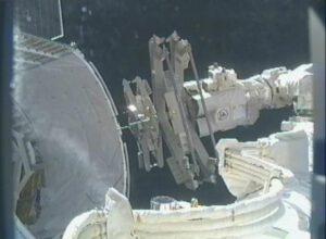 Tahle fotka pochází ze 6. března 2013. Staniční manipulátor zrovna vykládá tyče RGB z nehermetizované sekce lodi Dragon.