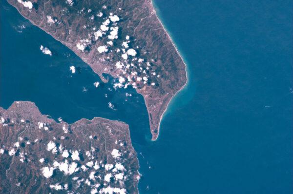 32 kilometrů široká Messinská úžina odděluje Jónské a Tyrhénské moře. A také odděluje Sicílii od kontinentální Itálie.