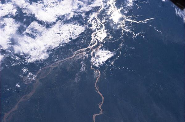 Celkový pohled na soutok řek Rio Branco a Rion Negro z minulého obrázku.