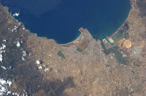 Italské město Cagliari se svou pláží Poetto