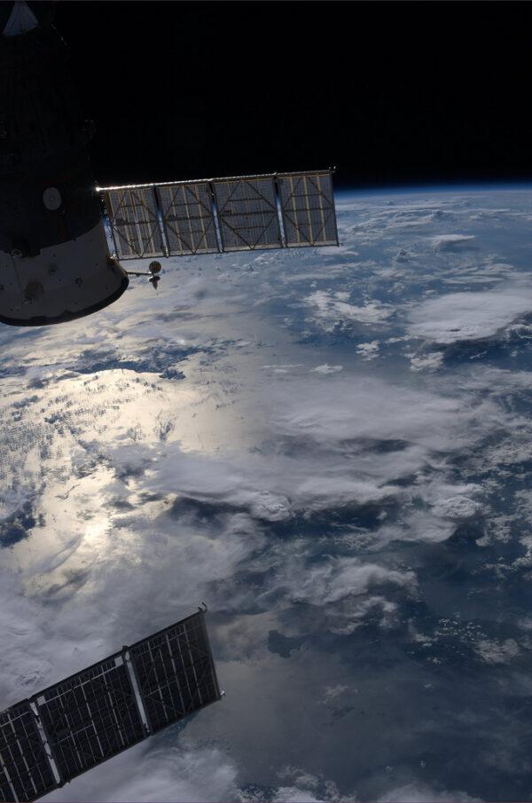 Úsvit - pod monzunovými oblaky jsou Filipíny.