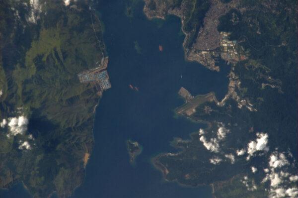 Filipínské pobřeží s přístavem.