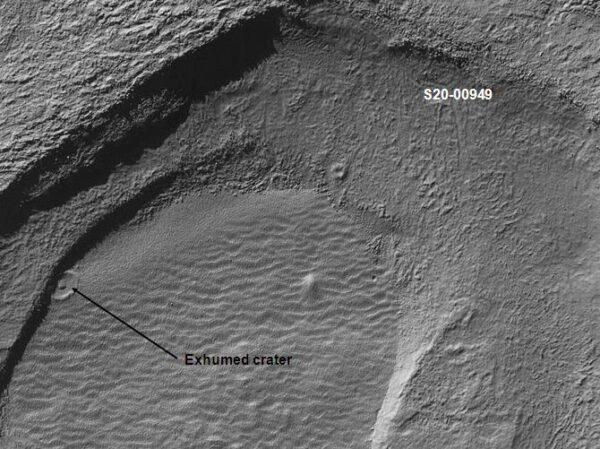 """Jeden z """"pochovaných"""" kráterov."""