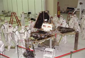 Sonda Pathfinder s roverom Sojourner v motnážnej hale.