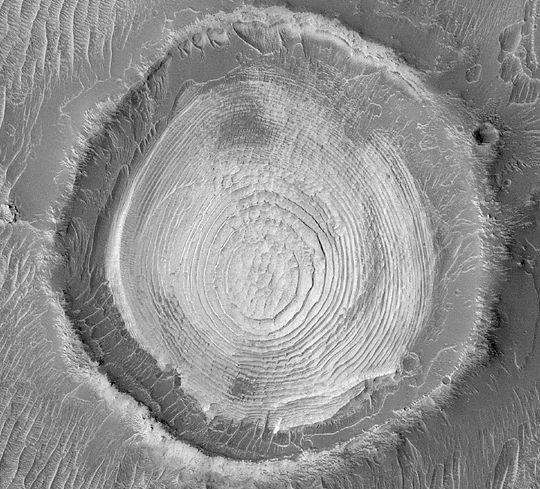 Vrstvy kôry v krátere.