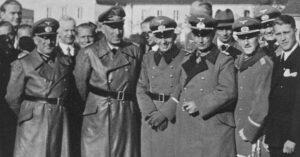 Vojenská návštěva v Peenemünde. Von Braun zcela vpravo.