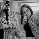 Studentka MIT Kristen Bethke pracuje na klobu kolena BioSuitu zdroj:nasa.gov