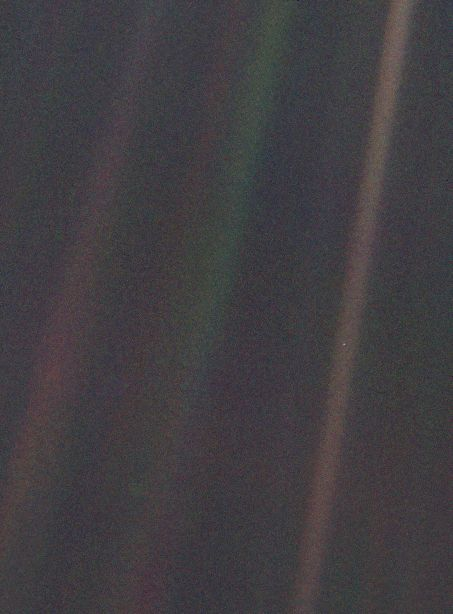 Svetlá modrá bodka pri strede obrázka je naša Zem.