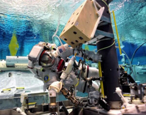 Luca Parmitano během nácviku výstupu do otevřeného kosmu v bazénu Neutral Buoyancy Laboratory.