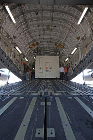 Transportní bedna se sondou MAVEN naložená do útrob letounu C-17