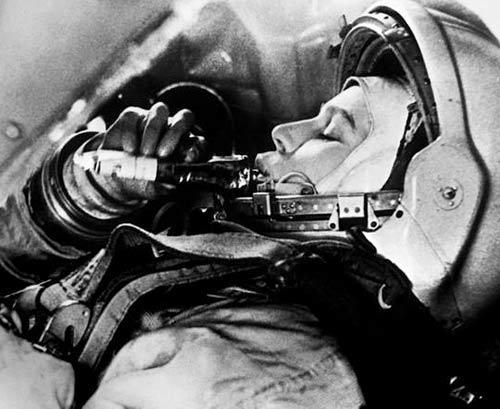 Valentina Těreškovová s tubou kosmické stravy