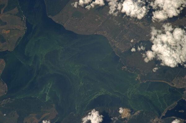 Barvami hýřící ruská řeka Ural