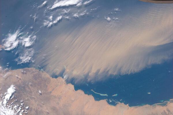 Tohle není žádný obyčejný mrak, tvoří ho písek, který se vznesl nad Rudé moře.