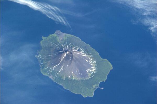 Vulkanicky aktivní ostrov u Kamčatky.