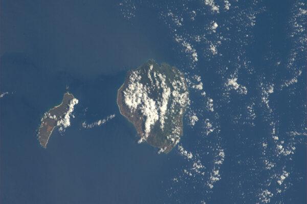 Ještě jedna havajská fotka - vlevo malý ostrov Niihau, vpravo pak větší Kauai