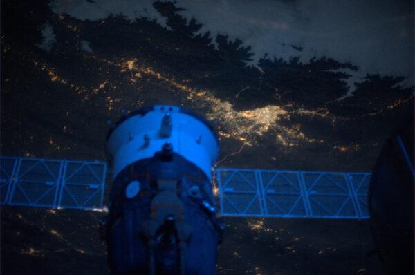 Za obrysem lodi Sojuz vidíme hlavní město Íránu - Teherán