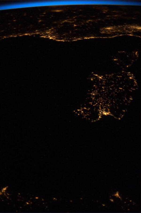 Noční Sardinie a Korsika s přilehlým pobřežím.