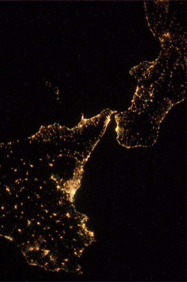 Mesinská úžina oddělující Itálii od Sicílie v noci