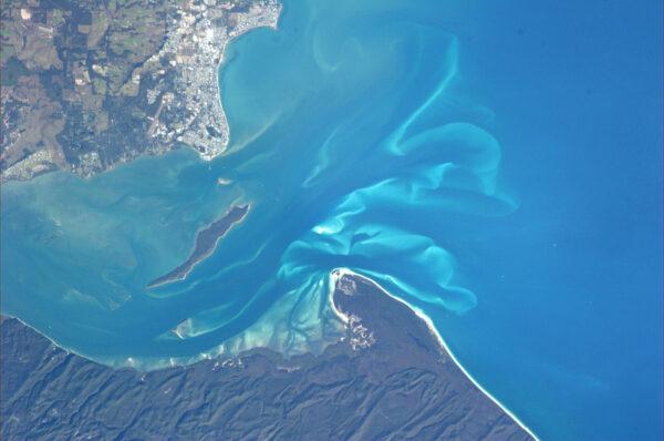 Dnešní díl ukončíme na australském pobřeží s magicky vypadajícím mořem.