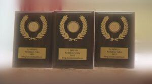 Plakety pro tři nejlepší redaktory našeho blogu.