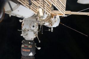 Modul Pirs, ze kterého kosmonauti vystoupí a po šesti a půl hodinách se do něj vrátí.