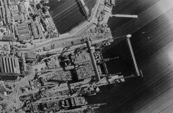 Tato fotka vznikla v roce 1984 a zachycuje přístav v Černém moři, kde právě probíhá konstrukce letadlové lodi třídy Kyjev (též označované jako Projekt 1143).