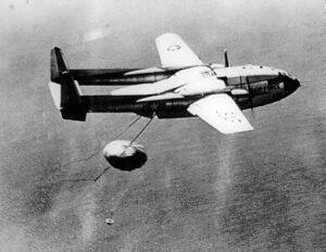Letoun zachycuje návratové pouzdro s filmem, který nafotila družice Discoverer-14.
