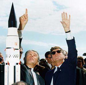 Von Braun a Kennedy na prohlídce Marshallova centra