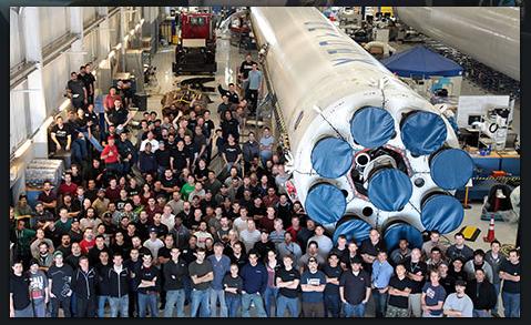 Zaměstnanci SpaceX oslavují první dokončený Falcon 9v1.1