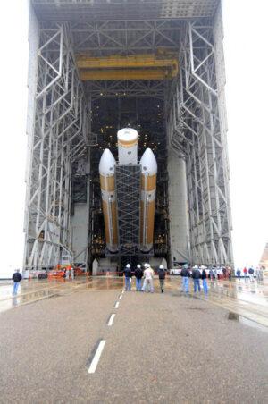 Vztyčování prvního stupně rakety Delta IV Heavy do svislé polohy. Právě tento nosič poslouží ke startu NROL-65.