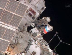 Na konci výstupu byla vztyčena ruská vlajka k mezinárodnímu dnu národních vlajek.