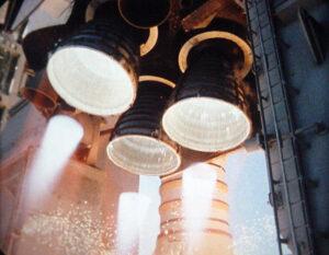 Detail na motory SSME při startu mise STS-110