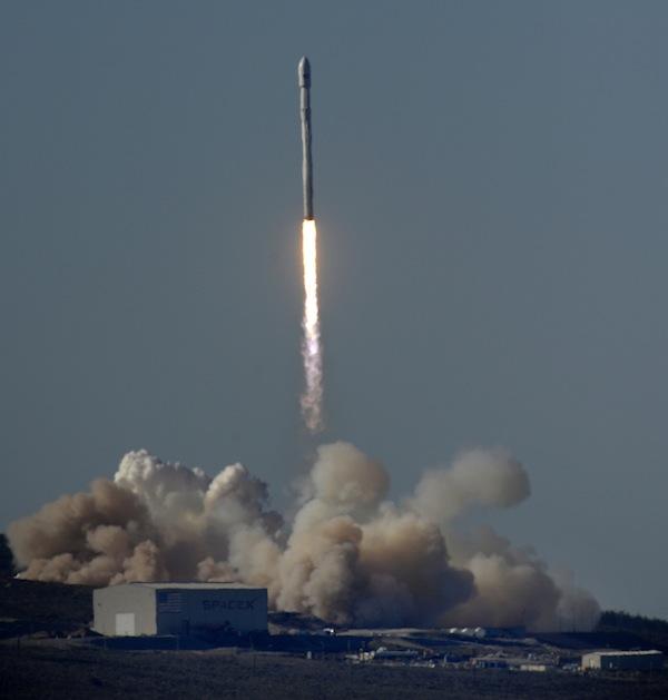 Raketa Falcon 9 jen pár sekund po zážehu motorů - v dýmu pod sebou nechala startovní rampu.
