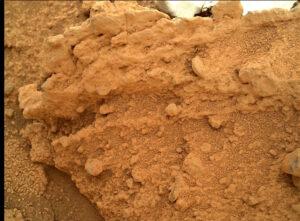Curiosity i během svého dlouhého přejezdu nepřestalo zkoumat své okolí. Sol 398 a zkoumání pomocí kamery MAHLI