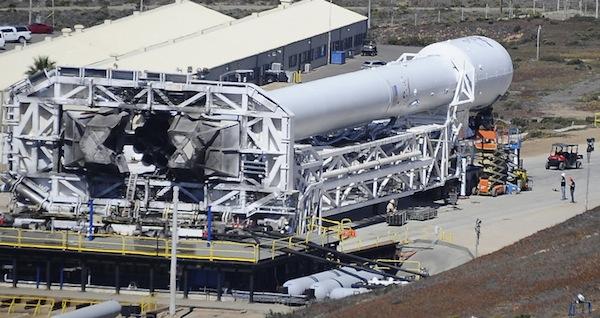Vývoz rakety Falcon 9 v1.1 na startovní rampu