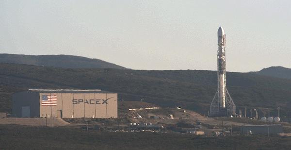 Raketa dorazila na startovní rampu a vztyčila se do vertikální polohy.
