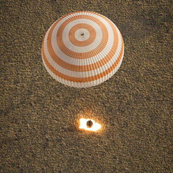 Dosednutí návratové kabiny Sojuzu TMA-08M