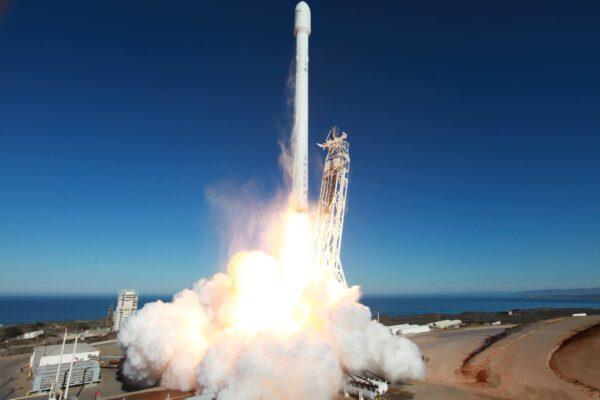 Zážeh! Falcon 9 v1.1 se vydává na svůj první let.