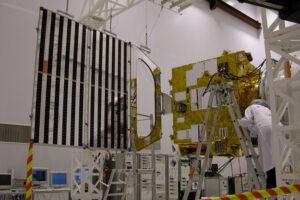 Připojování solárních panelů v přípravné hale na bajkonurském kosmodromu. Montáž každého z nich zabrala dva dny.