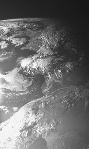 Jeden z prvních snímků kamery AMIE. Vidět na něm můžete západní Evropu a kousek severní Afriky. Fotografování známého objektu je důležité pro pozdější kalibraci.