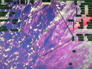 Kosmická loď Cygnus vzdálená 250 metrů od ISS - záběr z kamery na staničním manipulátoru.