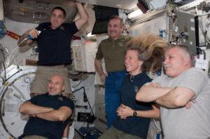 Posádka tvořící 36. dlouhodobou expedici v japonském modulu Kibó.