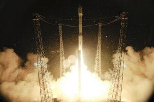 Start rakety Vega z Kourou. Pod aerodynamickým krytem se skrývá Proba-V, vietnamský satelit VNREDSat 1A zkoumající životní prostředí a estonský ESTCube-1.