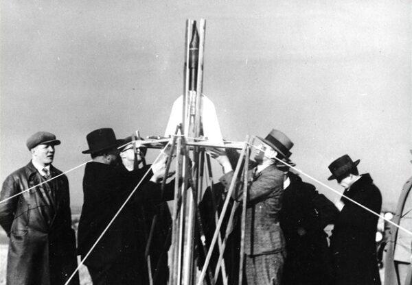 Příprava Očenáškovi rakety před odpalem