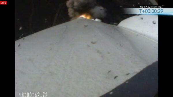 Pohled z kamery umístěné na prvním stupni rakety.